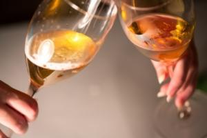 アルコールアレルギーの症状は【蕁麻疹・肌がまだら・息苦しい】急な発症に注意!