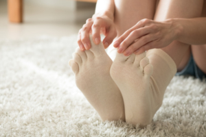 足の指がつる4つの原因と治し方|癖になるって本当?なぜ指が曲がるの?
