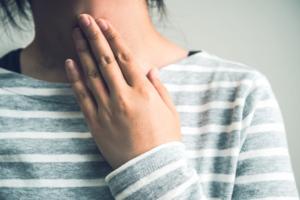 キスや性行為で「扁桃炎はうつる?」予防法は?発症したらどう対処する?