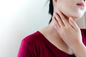 なぜ?首のリンパを押すと痛い|風邪・病気の可能性も。病院は何科を受診?