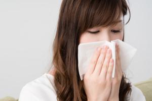 水っぽい鼻水が止まらない3つの原因|風邪?アレルギー?止める方法も
