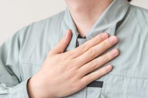 「喉が詰まる感じで息苦しい」ときの対処法。病院は何科?ストレスや病気が原因かも