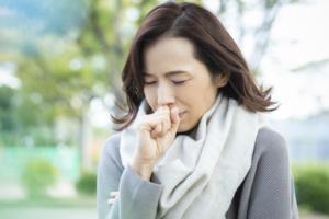 なぜ?熱はないのに乾いた咳が続く理由|ストレス?病気?病院に行く目安も