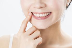 歯茎に白いできもの(ポツポツ・ぶよぶよ)が!自然治癒する?治らないときは?