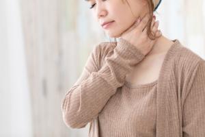 扁桃腺が白くて痛い。熱はない…。自然に治る?病院に行くべき?