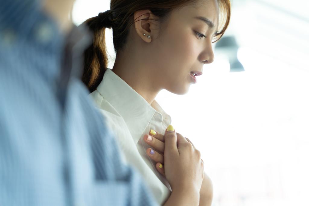 動悸がして息苦しい|ストレスが原因?病院は何科?喉が詰まる・背中が痛いことも