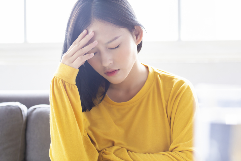 【頭痛って何科?】病院に行く目安。内科でも大丈夫?|医師監修
