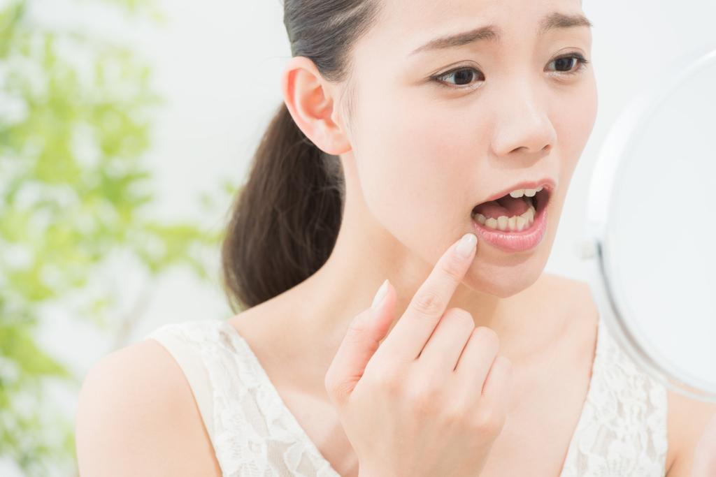 これ何?唇に水疱…ヘルペスじゃないブツブツは「口唇炎・帯状疱疹」かも。病院は何科?