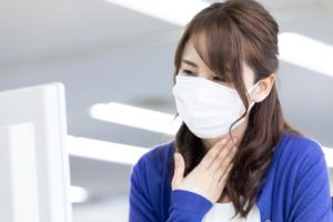 「喉が詰まる感じ…病院は何科?」お医者さんへの症状の伝え方も【医師監修】