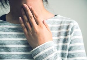 甲状腺の腫れ 病院行くべき?何科で検査?バセドウ病や橋本病の場合も
