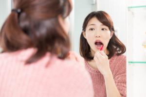 なぜ?舌の奥にぶつぶつができる8つの原因【白い・赤い】何科を受診?