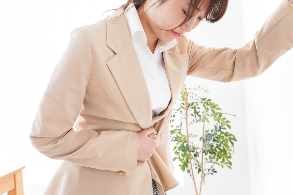 女性の右下腹部の痛み|チクチク・鈍痛は大丈夫?病院は何科?受診目安も