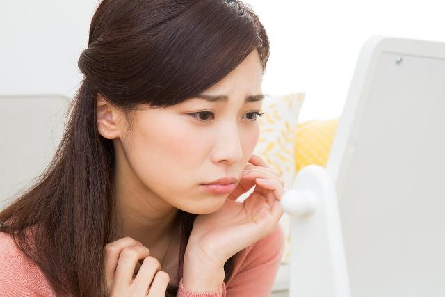 なぜ?片方の頬が腫れる大人の症状|どう治す?病院に行くべき?医師監修