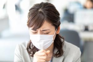 なぜ?痰が絡む咳が続くけど熱はない。気管支炎やぜんそくかも。病院は何科?|医師監修