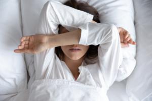 なぜ?夜になると体がかゆい、眠れない!対処法&病院に行く目安
