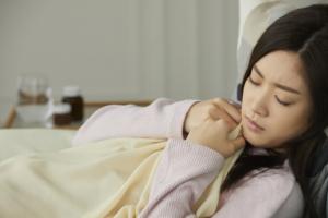 横になると息苦しい…これ大丈夫?呼吸器疾患や心不全の可能性。病院は何科?