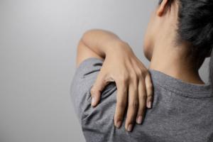 左側の背中の痛み|肩甲骨の下が痛い…治し方は?病院は何科?