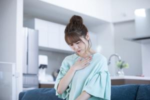 なぜ?咳をすると左胸が痛い…病院は何科?すぐに受診すべき症状も