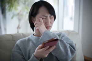 疲れると斜視になる…間欠性外斜視かも。自分で治せる?病院に行くべき?
