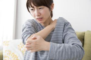 発疹なしの全身のかゆみ 皮膚掻痒症・ストレス・肝臓疾患が原因かも