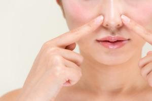 鼻の横を押すと痛い…腫れは?副鼻腔炎の重症化かも!病院行く目安も