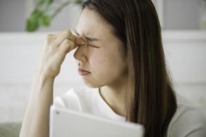 刺すような目の痛み|充血や涙も。大丈夫?病院に行くべき?