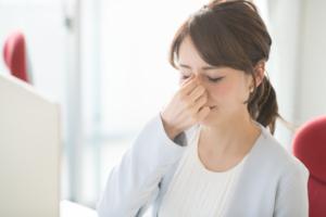 「光が眩しい、目の奥が痛い」それは眼精疲労かも!充血・頭痛も
