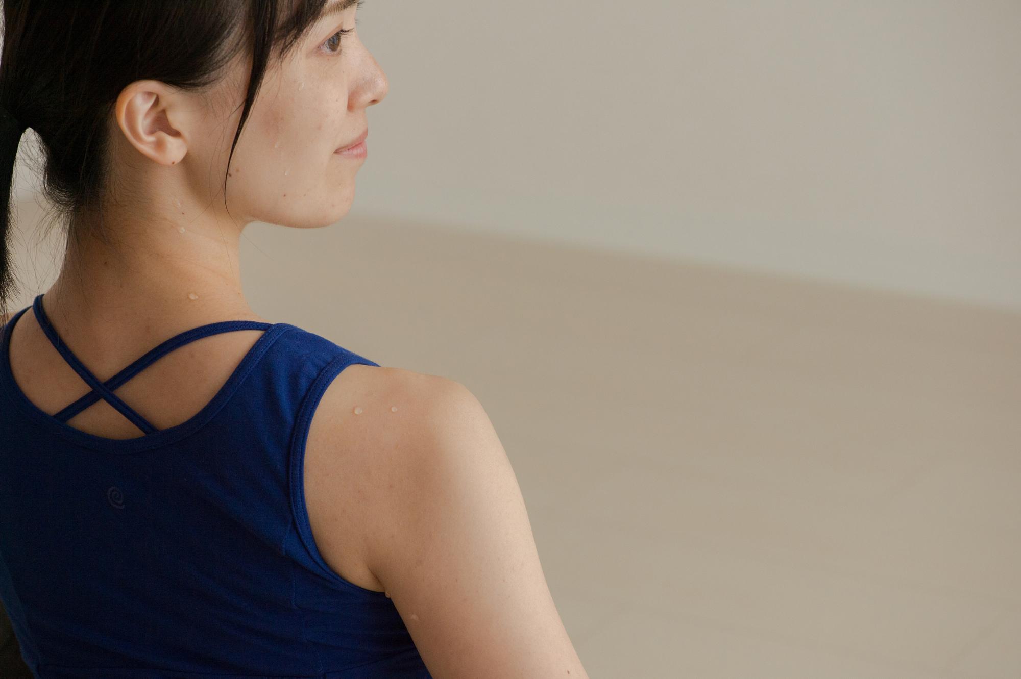 の 左側 下 痛み 甲骨 背中 の 肩