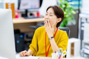 病気かも?仕事中に「眠気で意識が飛ぶ」ときの対処。病院は何科?