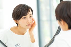 顔の皮膚がポロポロむける…どう対処する?ひどい乾燥肌は病気サインかも。