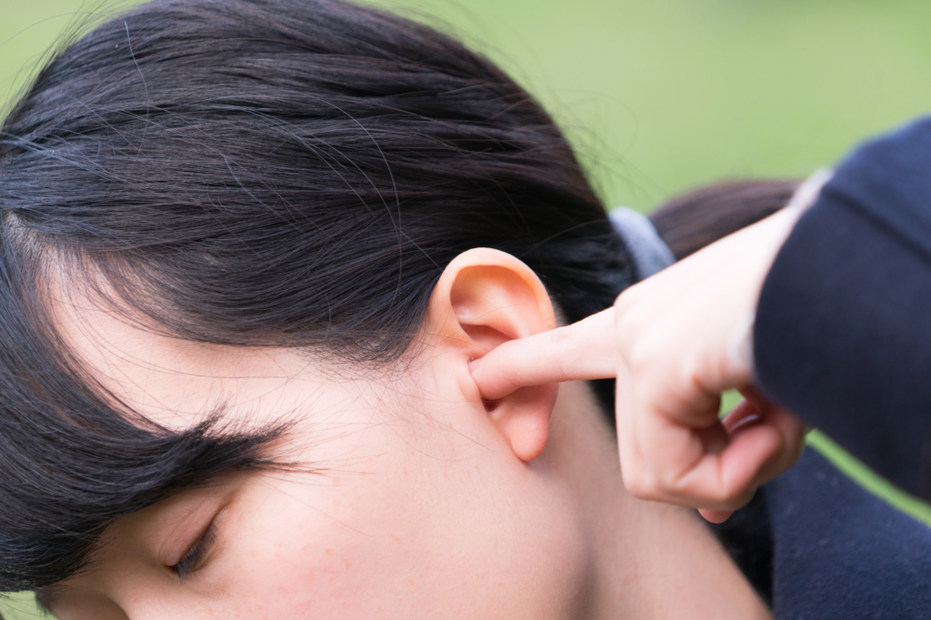耳たぶ を 触る