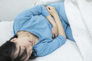 キリキリ!夜中に胃痛で目が覚める。原因不明の痛みの対処法|医師監修