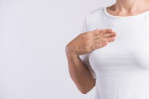 チクチク・ズキズキ…右胸の痛みはストレス?肺の病気?息を吸うと痛いのは要注意!病院は何科?