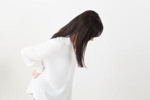 なぜ?背中に何か張り付くような違和感…椎間板ヘルニアかも。病院は何科?