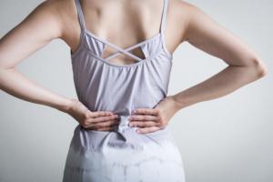 謎の背中の痛み…原因はストレスや肝臓病かも。病院は何科?