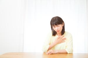 なぜ?胸の真ん中が痛い…チクチク・ズキズキするのは病気?