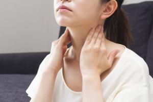 首の痛みと手のしびれ…病院は何科?原因と治し方も。医師監修