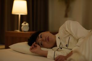 眠れないのはストレスのせい?イライラや不安感も。病院に行くべき?何科?