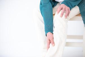 なぜ?仰向けで寝ると足が痺れる…「坐骨神経痛」かも。病院は何科?
