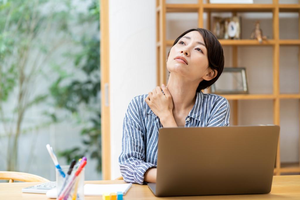 胃痛と肩こり…背中の痛みも。これ大丈夫?病院は何科?医師監修