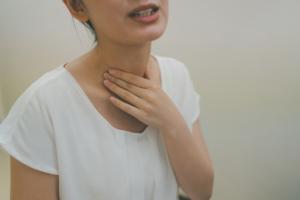喉と耳の奥がかゆい…「アレルギー性鼻炎」の対処法は?病院に行く目安も