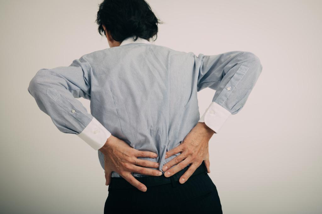 ぎっくり背中の治し方&病院に行く目安。発症メカニズムは?痛み止めは効く?