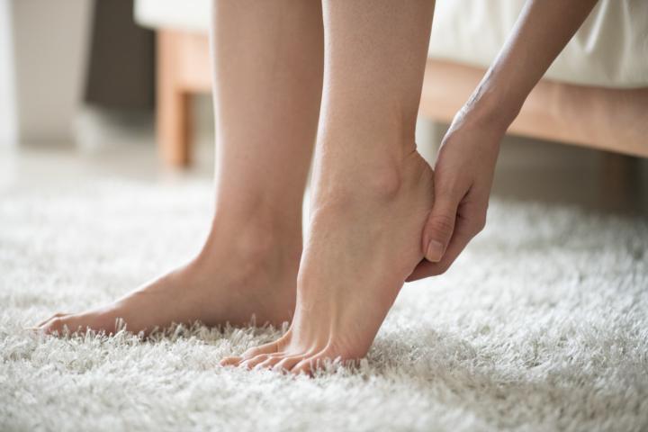 足の甲 赤い斑点 かゆい