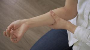 なぜ?仰向けで寝ると腕がしびれる…「椎間板ヘルニア」や「頚椎症性神経根症」かも。病院は何科?