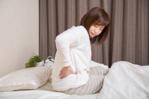 仰向けで寝ると腰が痛いのは病気サイン?急性膵炎や椎間板ヘルニアに注意!病院は何科?