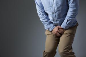 精巣捻転の痛みの程度はどれくらい?病院は何科?【放置はNG!】