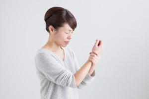 なぜ?手首の親指側が痛い…ドケルバン病はどう治す?病院は何科?
