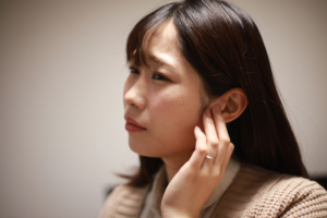 下を向くと治る耳の詰まりは「耳管開放症」の可能性大!自然治癒する?病院行くべき?