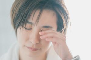 目を閉じても光が見える「光視症」に注意。病気が原因のケースも。医師監修