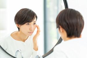 なぜ?片目のまぶたが下がる…「眼瞼下垂」はどう治す?病院は何科?